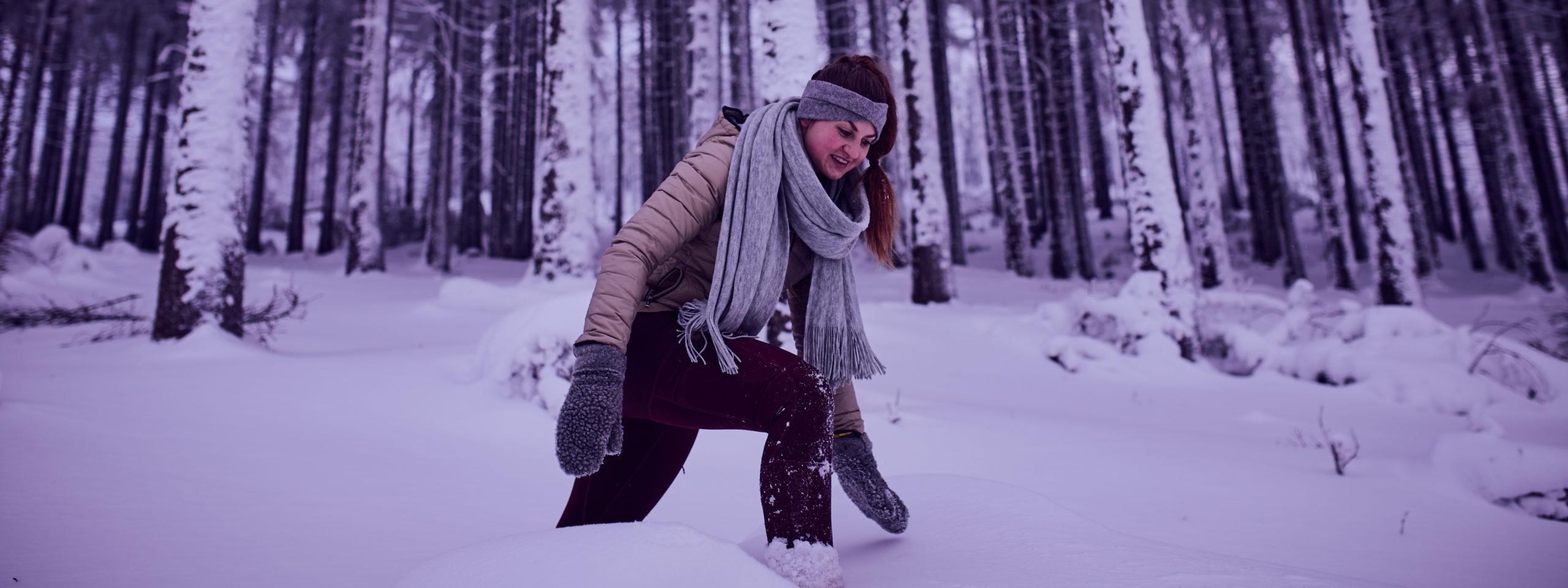she wanders wandert im kniehohen Schnee  im Harz