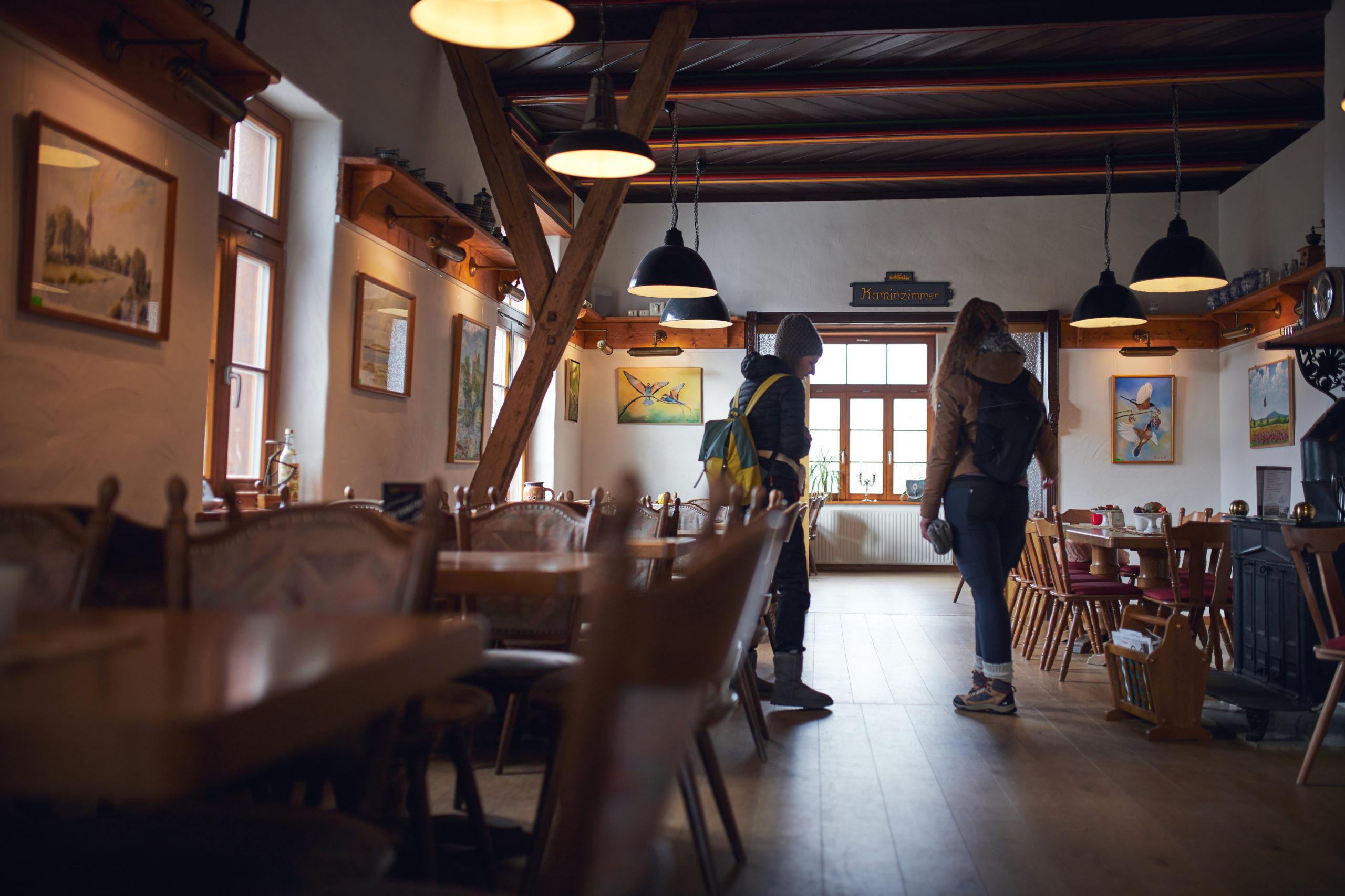 Marita-und-Sara-in-der-Gaststätte-Harburg-im-Harz-in-Wernigerode